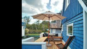 Bootshaus-Terrasse-Sonnenschirm